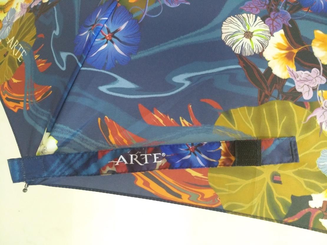 Arte paraplu met logo op sluitbandje.
