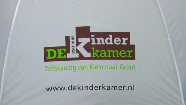 De Kinderkamer logo op paneel